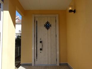 外壁塗装もお願いしたので、玄関交換もお願いしました。